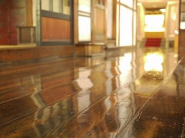 この床、ぴっかぴかよ