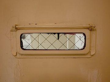 窓には強化ガラス