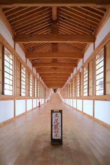 宿坊の1階から繋がる長い廊下