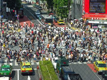 駅前のスクランブル交差点は、世界的に有名ですからね
