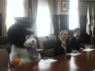 ↑県庁知事室を訪れた和歌山電鉄『たま駅長代理』