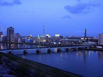 夕暮れはの新潟の街