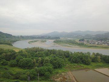 写真の右手で魚野川と合流し、左手に下っていきます
