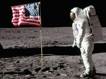 人類で初めて月面に降り立った、アームストロング船長