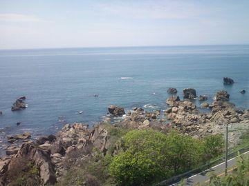 白波が砕ける岩場を、上から俯瞰するアングルが続くんです
