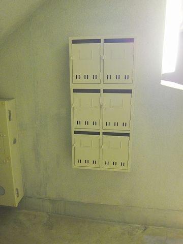 階段を下りたところにある、集合ポスト