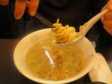 パリジェンヌのラーメンの食べ方。こんなして食べて、ウマいのか? スープが絡まんではないか。