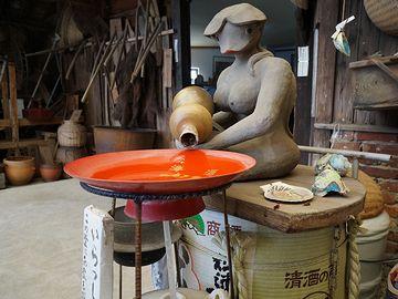 佐賀県伊万里市『松浦一酒造』にある、お酌する巨乳河童