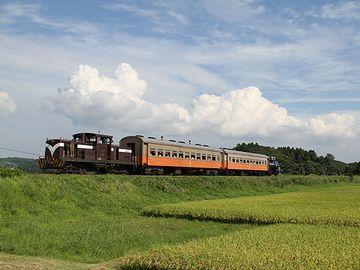 『嘉瀬』を出ると、列車は盛土された上を走ります