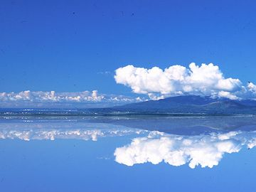 八郎潟に写る寒風山