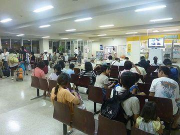 新潟港フェリーターミナル・乗船を待つ人たち