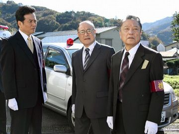 左が、管理官役の三浦浩一さん