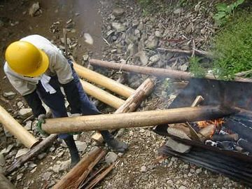 """これは柱ではなく杭ですが、防腐のために""""焼く""""という工法は、現在でも使われてます"""