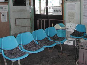 プラスチックの椅子に、座布団ってのがいいわよね