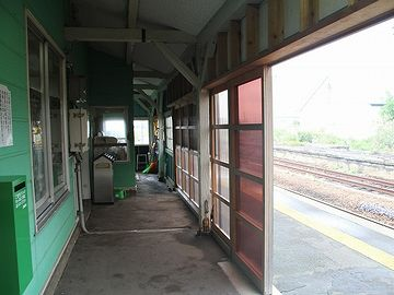 『陸奥森田駅』。ホームは北側になります。半透明の戸は、雪よけでしょうね。