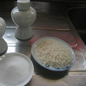 お神酒と米を供えてお参りし……