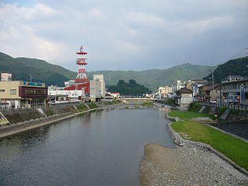 『新見駅』前を流れる高梁川。やっぱり、山が近いと、景色に風情がありますよね。
