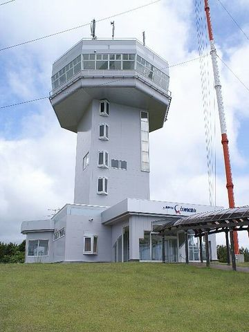 風車の隣の建物は何?