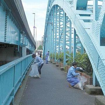 『千住大橋』の清掃作業