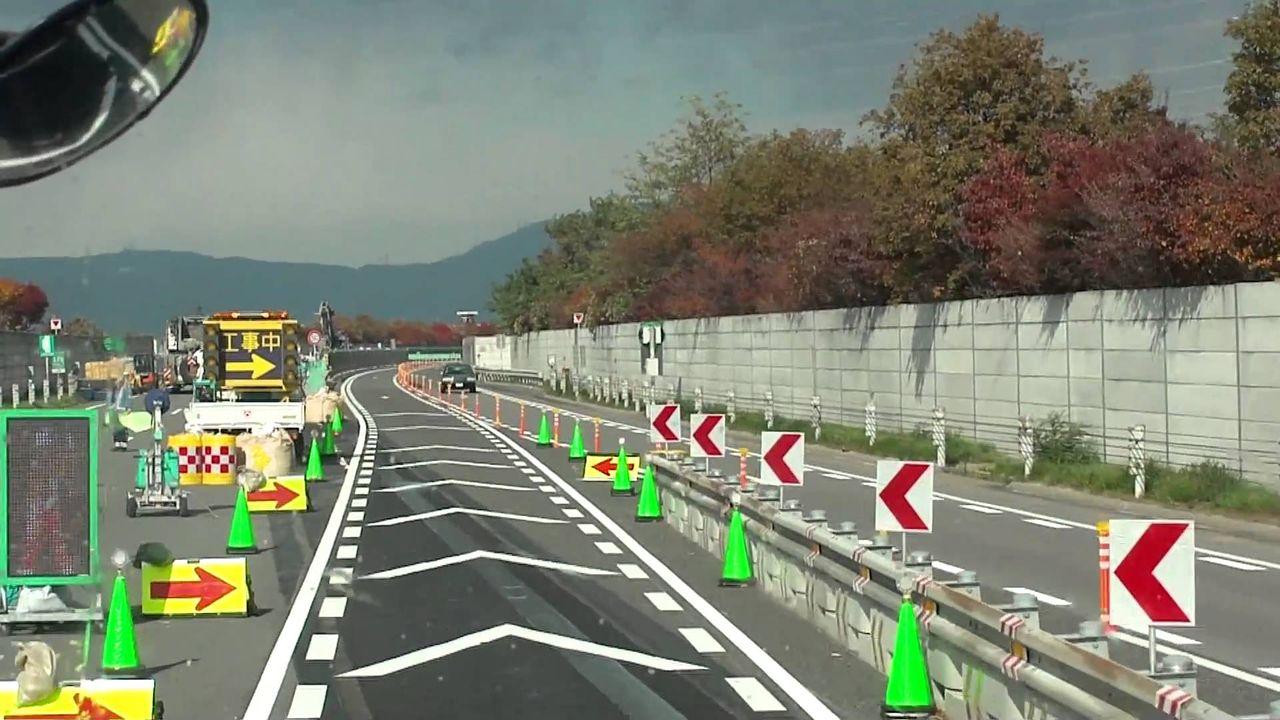 高速道路の対面交通標識 : ミキ...