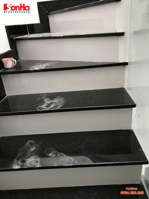 Thi công cầu thang bằng đá hoa cương với màu sắc cơ bản và đẹp mắt
