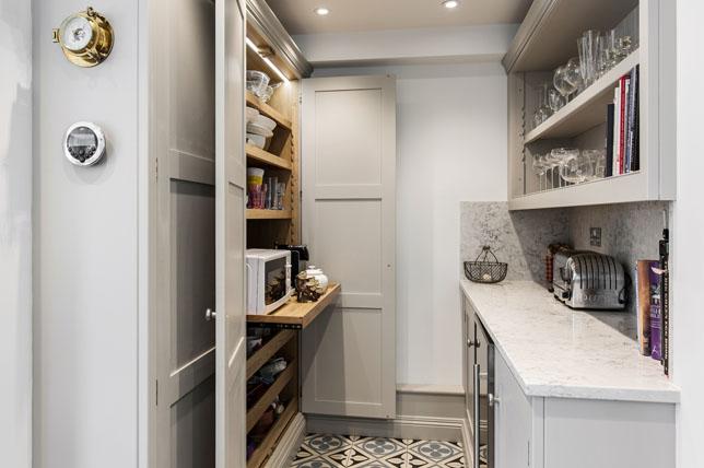 không gian phòng đựng thức ăn có giá đỡ tĩnh mà bạn không thể dễ dàng tiếp cận phía sau. Một trong những giải pháp tủ đựng thức ăn nhà bếp tốt nhất là có kệ trượt ra ngoài, vì vậy bạn có thể truy cập tất cả hàng hóa của mình ở phía sau chỉ với một lần. Nó rất đơn giản và hiệu quả. Điều này có nghĩa là không còn phải gõ vào lọ và hộp khi bạn vật lộn để quay lại để lấy vật phẩm hiếm khi được sử dụng. </span></p><p><span style=
