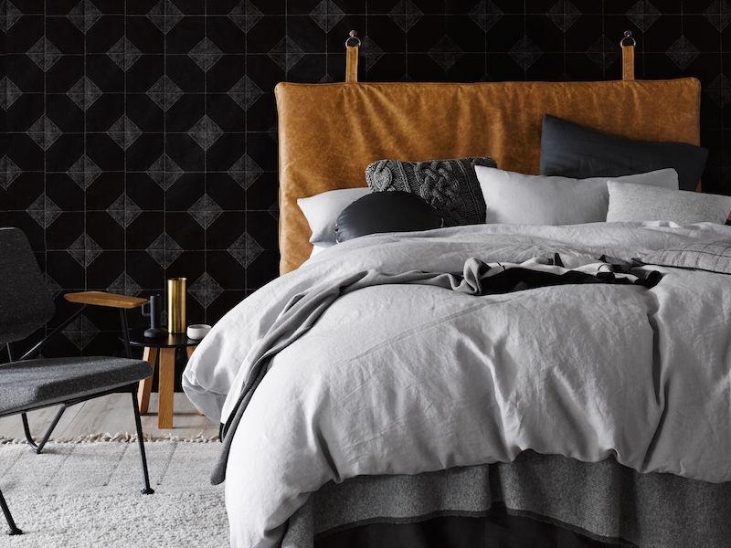 Đầu giường Piper trong Trench Leather Đầu giường Lincoln bằng nhung màu ngọc lục bảo phong phú.
