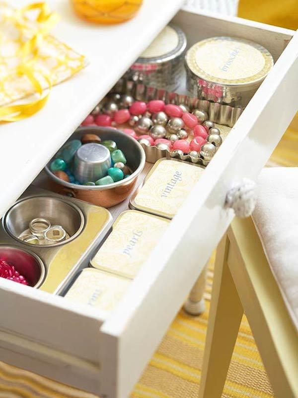 19659010] Bát và hộp thiếc nhỏ (và hộp thiếc muffin!) Giữ đồ trang sức trong ngăn kéo đáng yêu này. </p> <p style=