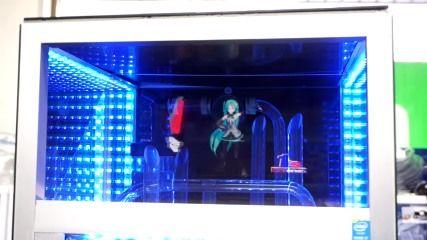 初音ミクさんが踊る「立体ホログラムPC」が展示中