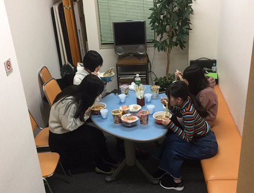 【悲報】女性声優さん、控え室で大量のラーメンを食べてしまうwww