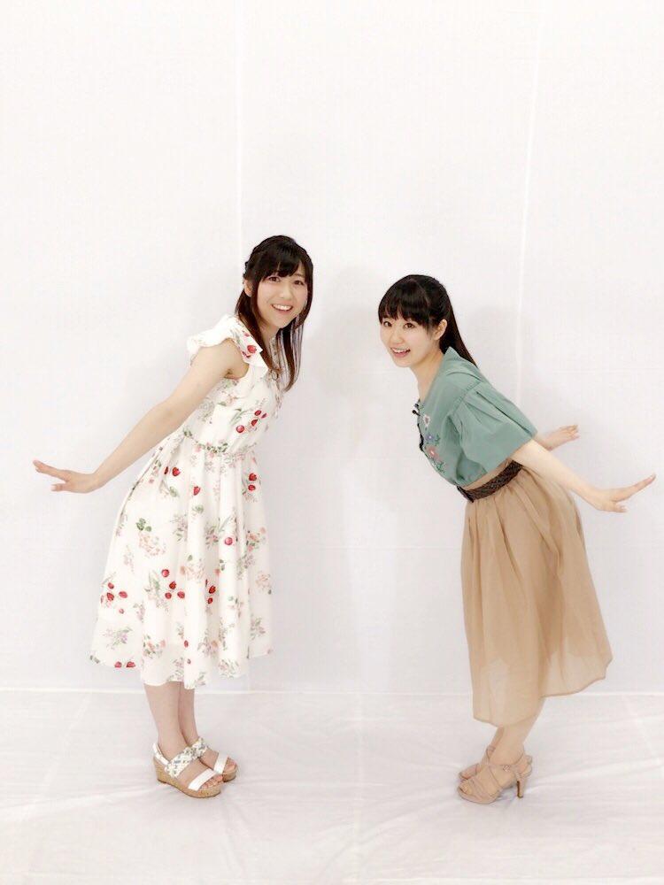 ミニスカート姿の安野希世乃さん