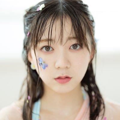 【朗報】伊藤彩沙ちゃん(推定F)の写真集、谷間あり!w