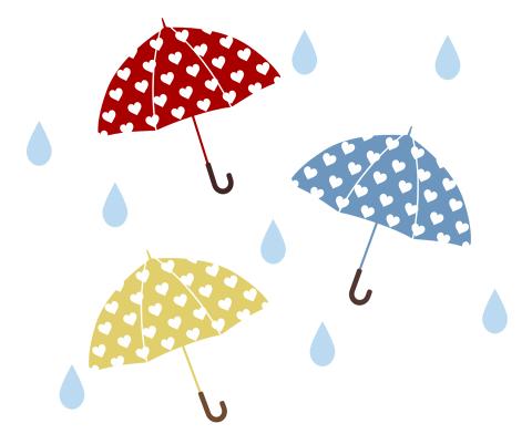 傘のイラストフリー素材 赤と水色、黄色の傘に白いハート模様が入っている