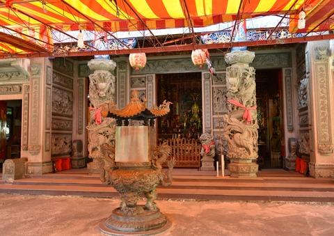 烏來川沿いの神社1