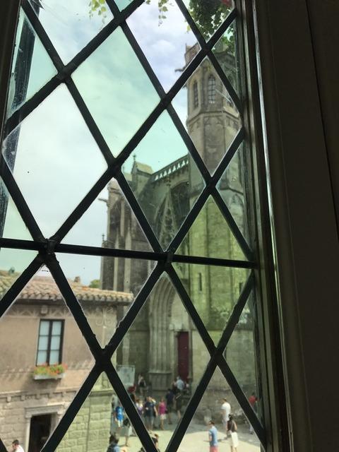 部屋の窓から見える聖堂