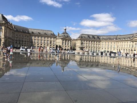 水鏡に写る建物