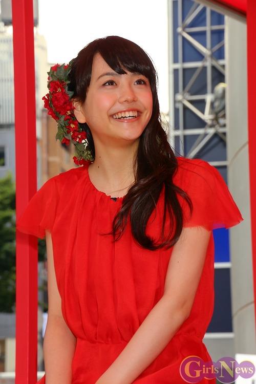 真っ赤な衣装の松井愛莉