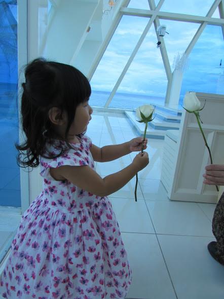 1バラを持つほの