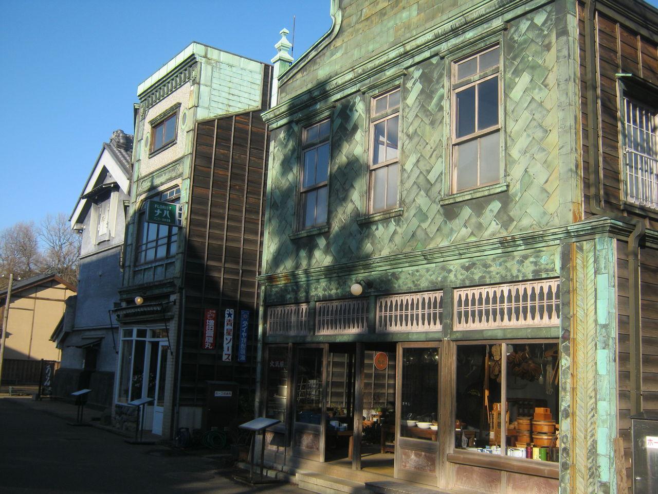 関東大震災後に流行った看板建築。前面に貼られた銅板のデザインがかわいい。