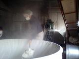 蒸し米掘り出し