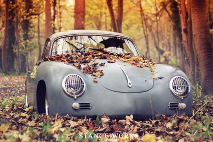 枯葉に埋もれた車20140921