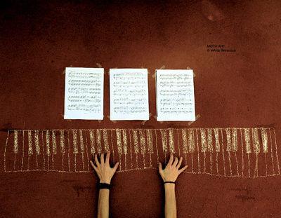 ブラウンをバックに描いた鍵盤譜面、両手