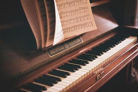 レトロなピアノと楽譜