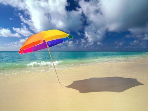 夏の風景ビーチパラソルと海20140829