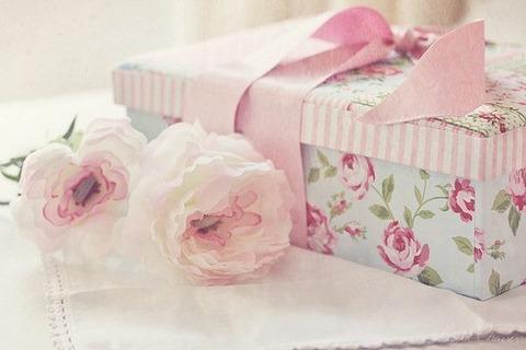 白いフリルのような花2個と花柄の箱