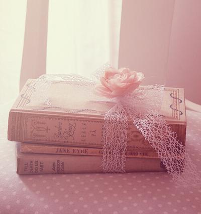 ピンクの花リボンと3冊の本