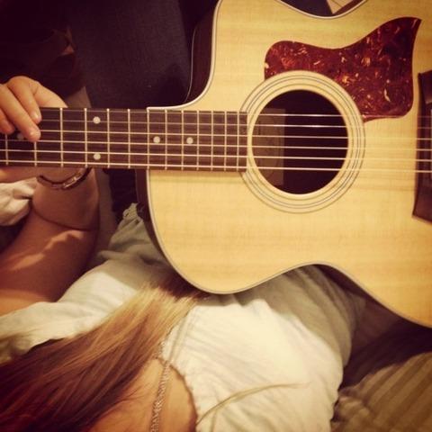 寝てフォークギター