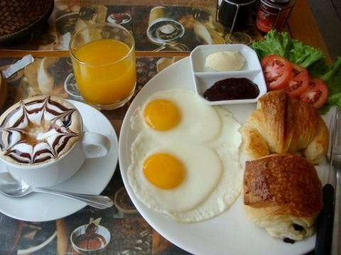 朝食目玉焼きとクロワッサン20140620