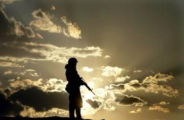兵士⑤ 夕日を隠す雲の空の下にたたずむ
