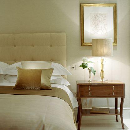 白とベージュのベッドルーム20150317
